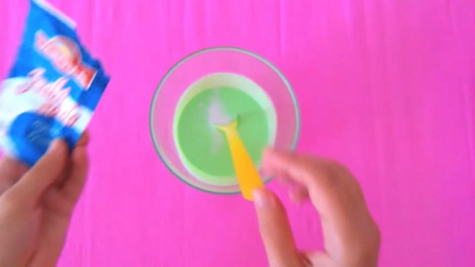 Jedlá soda pomůže slizu zatuhnout.