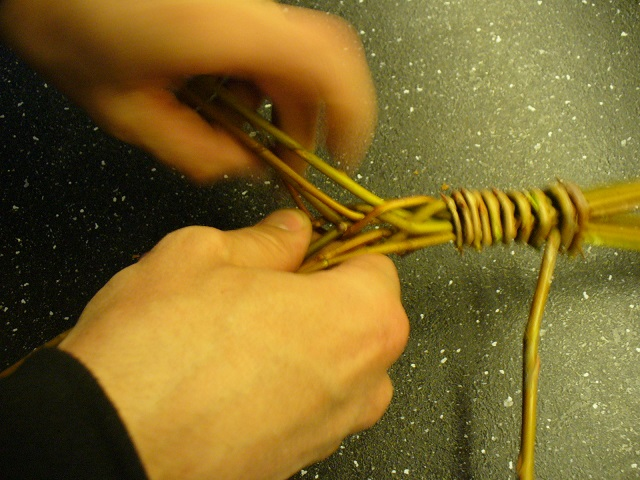 Postup pletení pomlázky.
