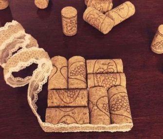 Hranatý podtácek z korkových zátek lemovaný krajkou