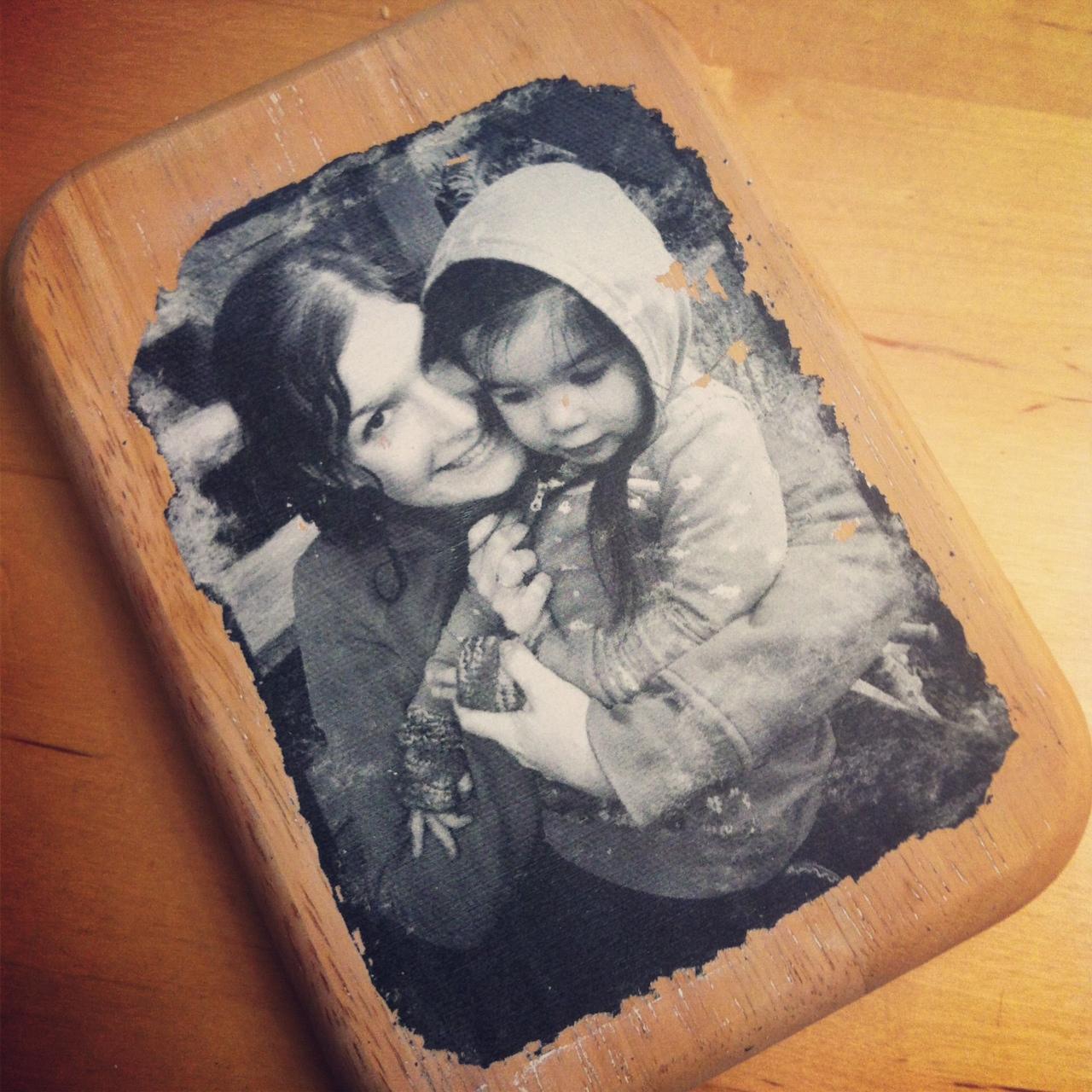 Fotografie vytištěná na kousek dřeva.