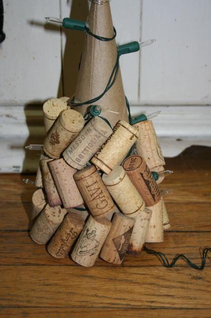 Korkové špunty lepené na kužel - výroba stromečku