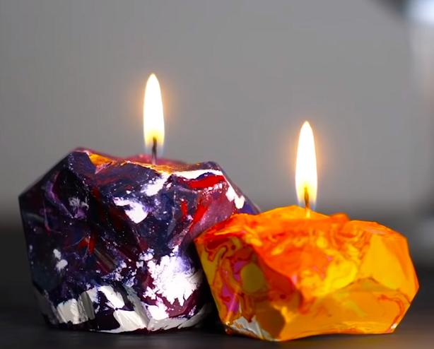Hotové svíčky jsou každá originální jak tvarem, tak barvami.