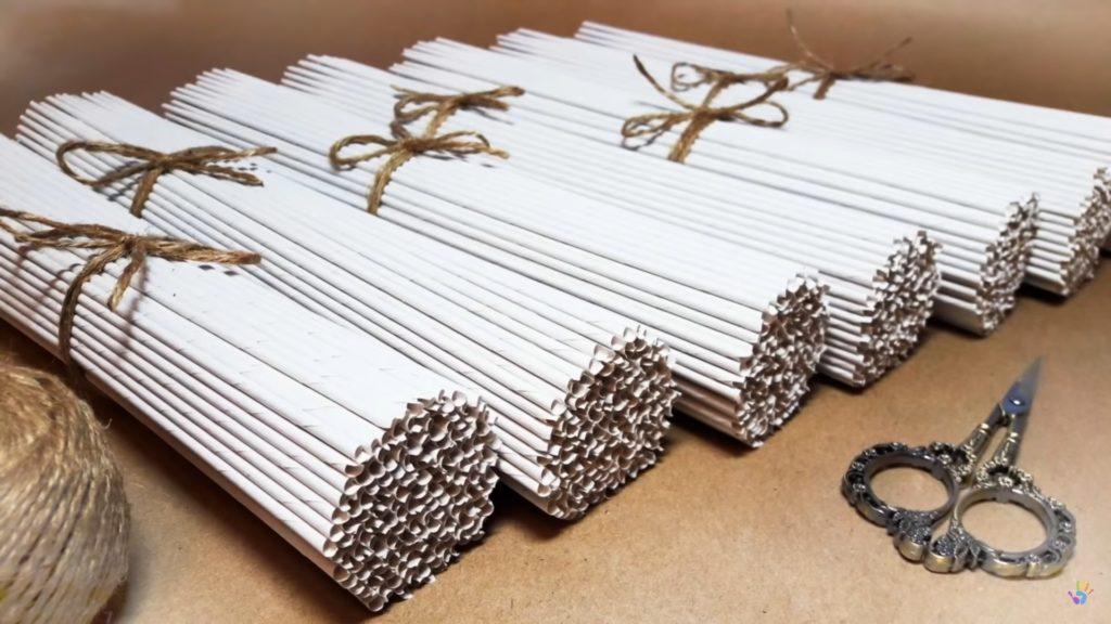 Ruličky připravené na pletení z papíru