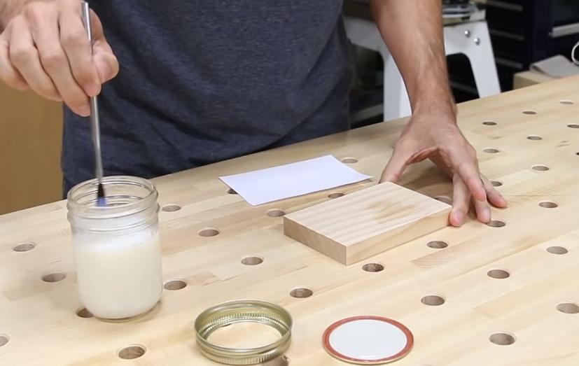 Tisk na dřevo pomocí polyakrylátu.