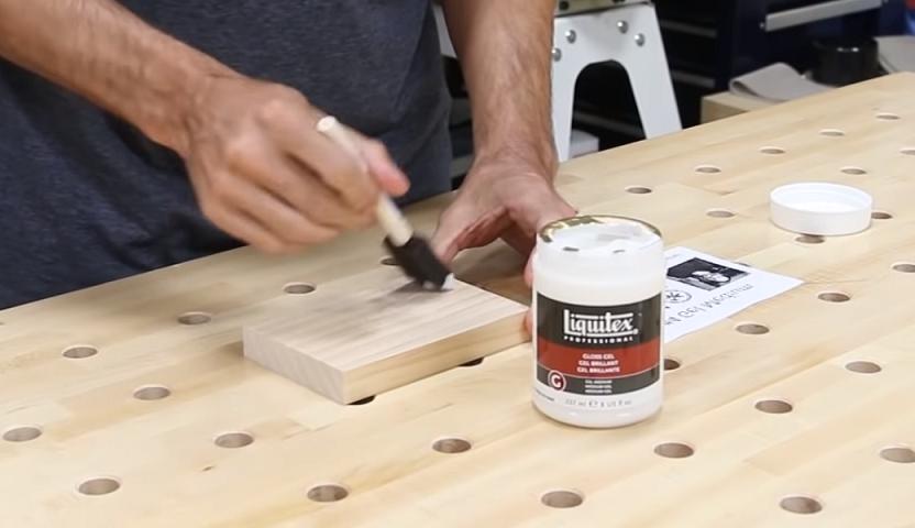 Potisk dřeva s tekutým médiem.