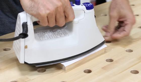 Tisk na dřevo žehličkou.