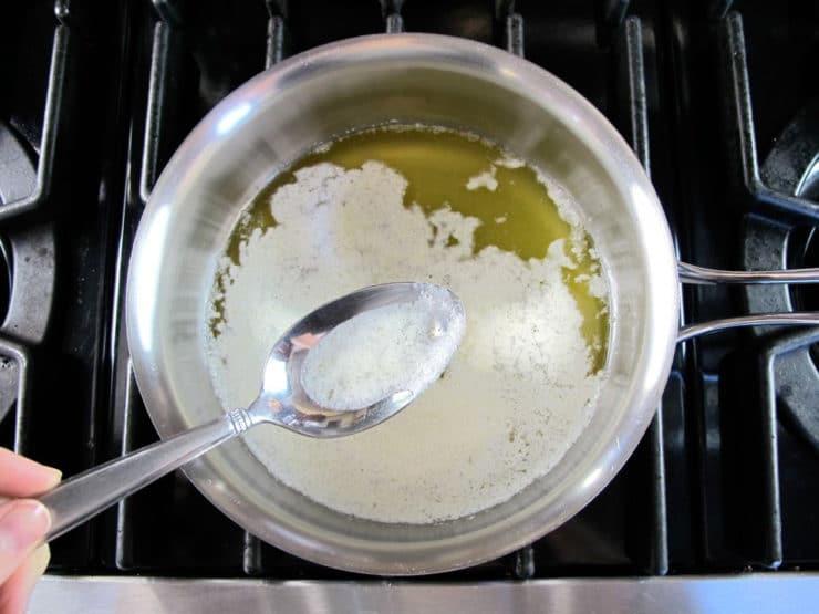 Jak vyrobit ghí máslo - odebrání pěny.