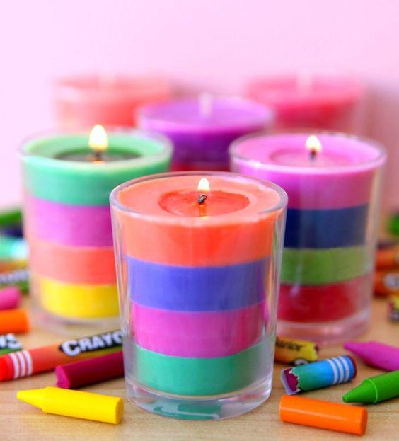 Několika barevné svíčky ve skleničce
