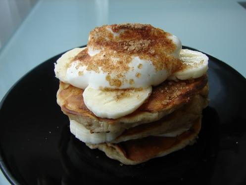 Kefírové lívance s jogurtem a banánem, posypané třtinovým cukrem